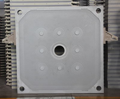 There is one central feeding filter plate with four drain holes on each corner of the plate.