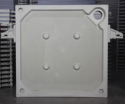 There is one corner feeding filter plate, with one big feeding hole and four solid points on the surface.