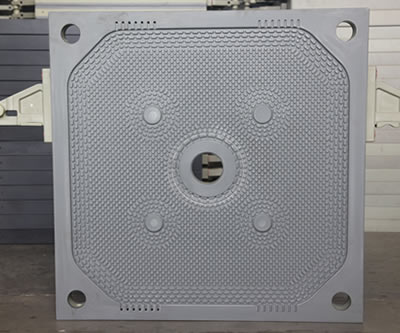 There is one central feeding filter plate in the warehouse, one big feeding hole and four drain holes.