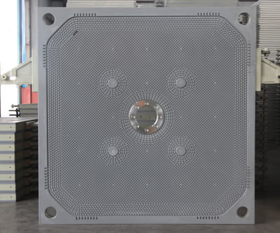 There is one central feeding filter plate, the central hole is edge covering with metal.