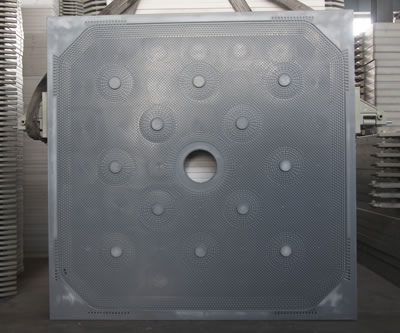 There is one central feeding membrane filter plate in the warehouse, and there are many other types of plates nearby.
