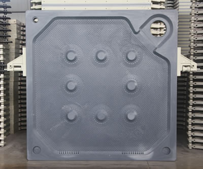 There is one corner feeding filter plate with two handles on its two sides.